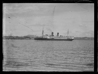 Glass plate: Steam cargo-passenger vessel on the Waitematā