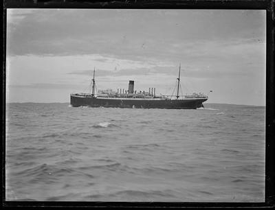 Glass plate: Steam cargo-passenger vessel at sea
